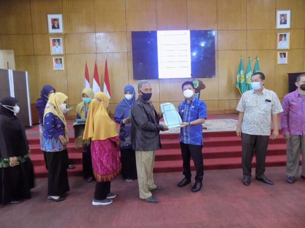 Penyerahan SK Pensiun PNS di Lingkungan Pemerintah Kabupaten Sambas